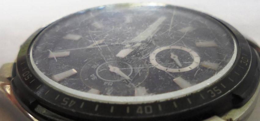 Царапины на стекле часов